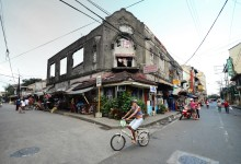 Ruins of Intramuros buildings and its residents / Manila – photo by Renata Blonska